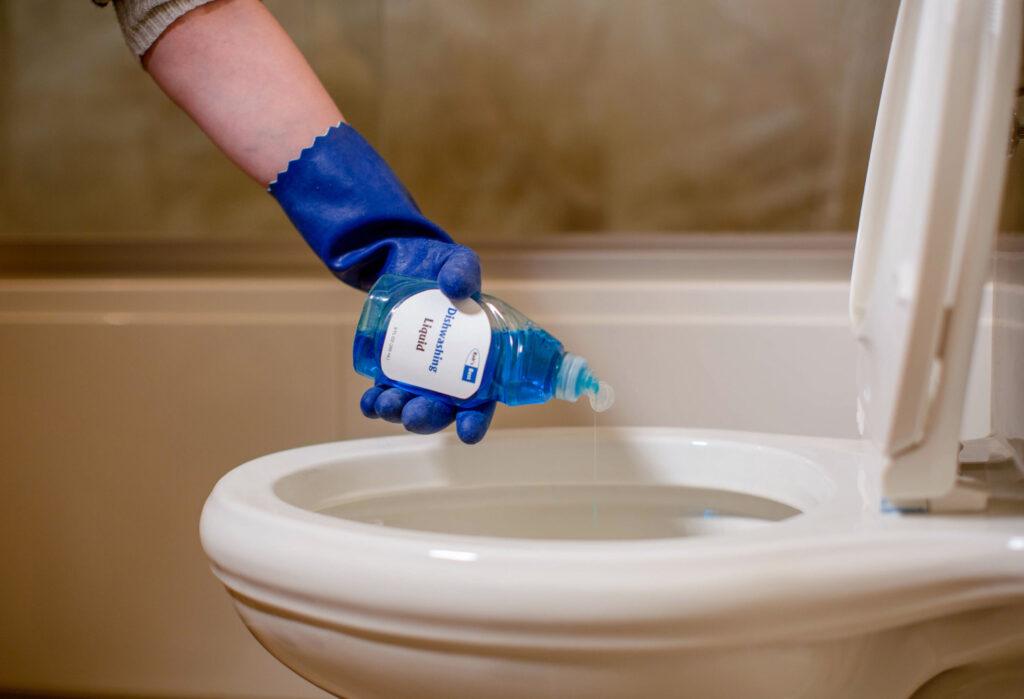 déboucher une toilette avec du savon vaisselle